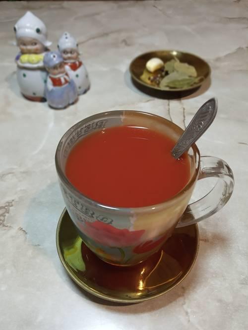 Разведенная в чашке томатная паста