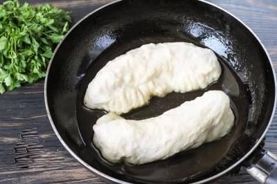 Сосиски жарятся на сковороде