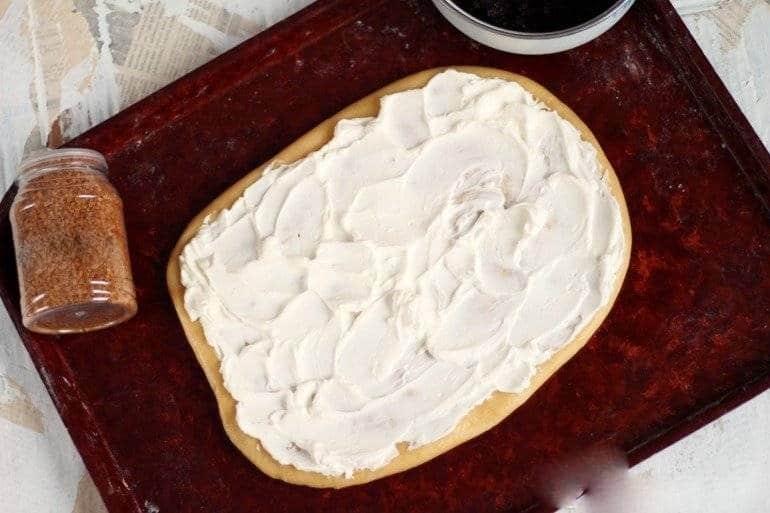Намазываем творожный сыр
