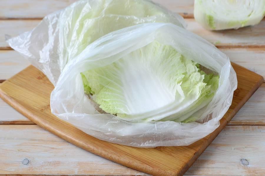 Перекладываем листья капусты в полиэтиленовый пакет
