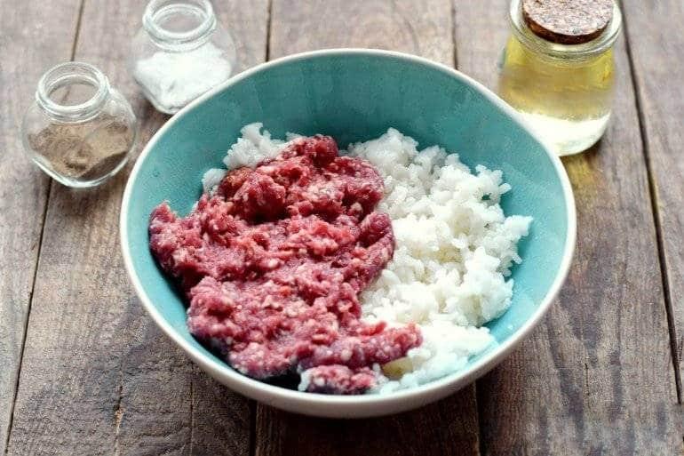 Фарш и отварной рис в миске