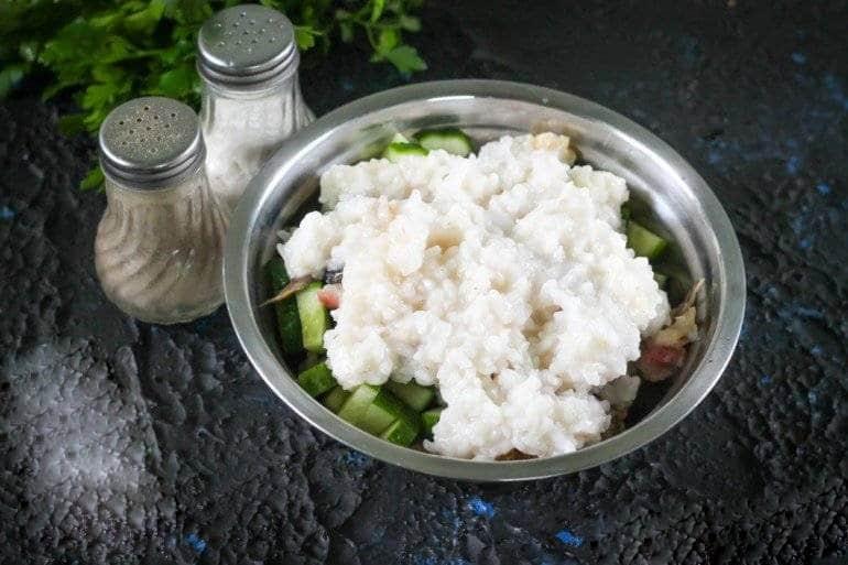 Добавляем в салат рис