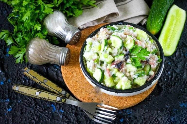 Салат из тунца, риса и огурцов