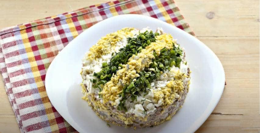 Декор салата желтками и зеленью