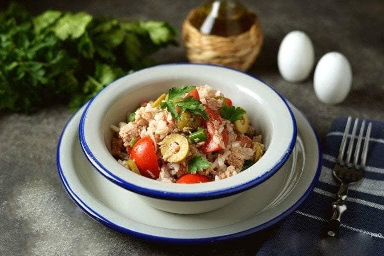 Салат из тунца, риса и помидор
