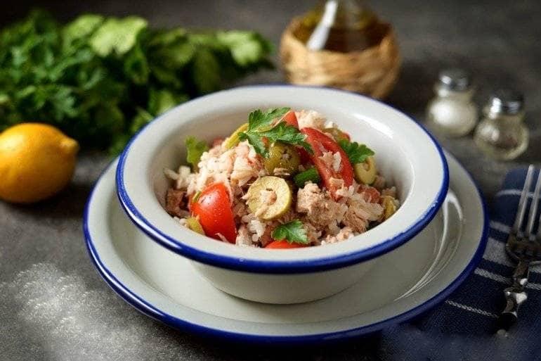 Сытный ужин - салат из риса, тунца и помидоров