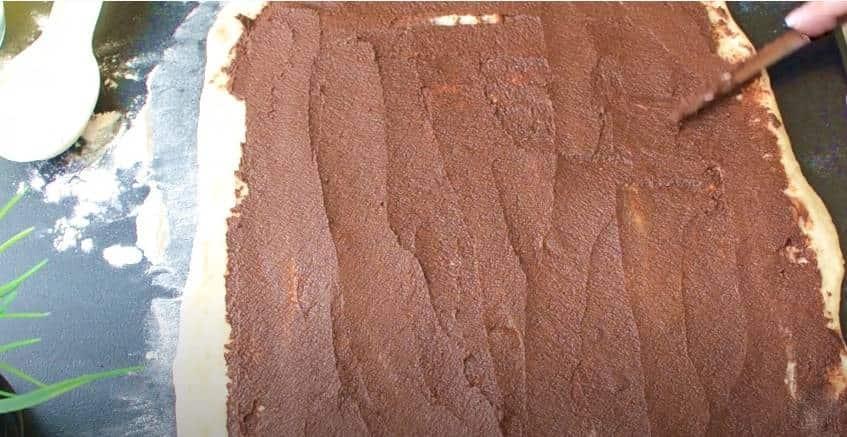 Распределяем шоколадную пасту