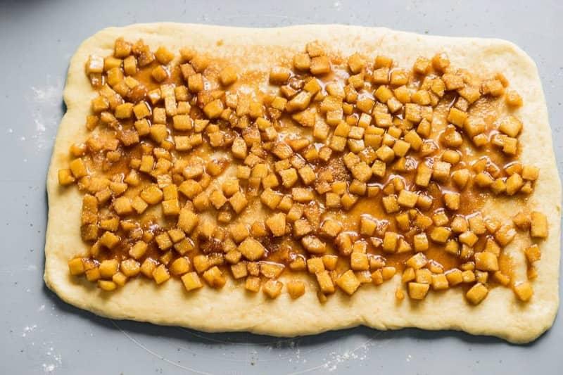 Выкладываем яблоки на тесто