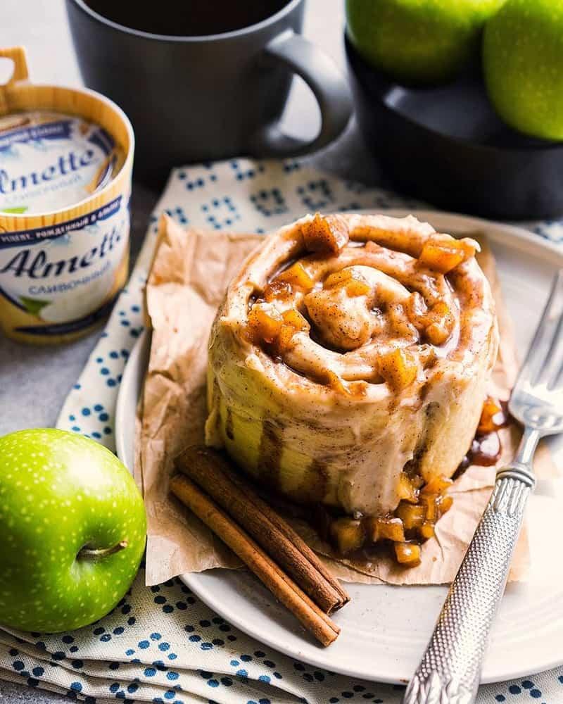 Булочка синнабон с яблоками и творожным кремом