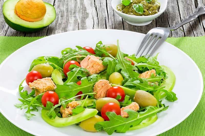 Салат из авокадо, тунца и рукколы